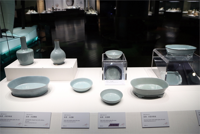故宮南院「泥土的座標特展」展出300件國寶瓷器名品,其中特選13件北宋汝窯精品南下展出,讓中南部民眾一次「看好、看滿」。