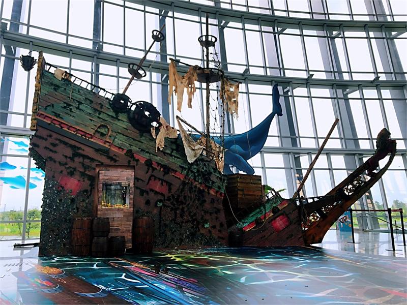 故宮南院「交融之美—神戶市立美術館大展」大廳沉船,由中研院研究員指導復原荷蘭沈船,另仿水下考古內容設計挖寶活動,讓觀眾深入理解展覽內容。